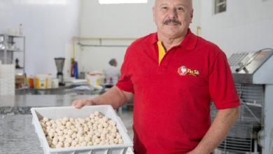 Demitido aos 56 anos, empreendedor cria império dos salgadinhos