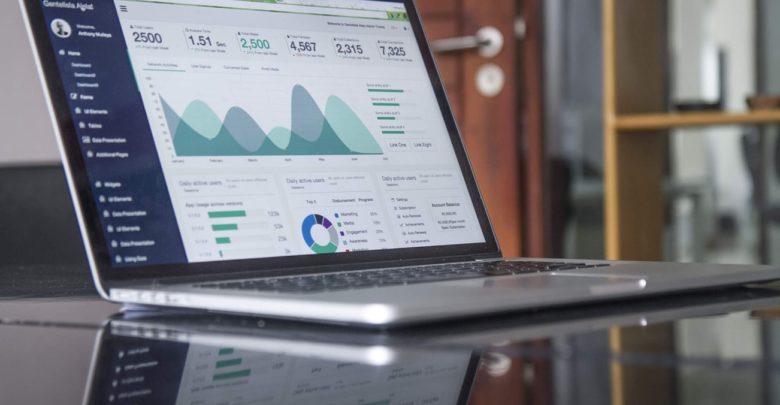 """A McKinsey divulgou um abrangente relatório de 191 páginas sobre a economia digital brasileira, incluindo indicadores macroeconômicos, tendências da Internet, fatos sobre investimentos e dados sobre o panorama geral de empreendedorismo e inovação. O relatório foi desenvolvido em colaboração com o Brasil no Vale do Silício, um movimento liderado por estudantes que teve início na Universidade de Stanford e cuja missão é melhorar a competitividade e a relevância global do Brasil por meio de tecnologia e inovação. """"O Brasil está em um ponto de inflexão econômica com o crescimento do PIB, maior confiança do consumidor e da indústria, menor risco do país, forte desempenho dos mercados de capitais e tendências digitais altamente encorajadoras"""", disse Nicola Calicchio, sócio da McKinsey. """"Enquanto o ecossistema de startups está mostrando fortes sinais de crescimento saudável, o país ainda não cumpriu sua promessa no cenário global devido a lacunas significativas na produtividade e na infraestrutura pró-negócios"""". O Relatório Digital Brasil pode ser baixado em: www.brazilatsiliconvalley.com/brazil-digital-report. Alguns dos principais destaques do relatório: A economia brasileira está melhorando novamente, com o crescimento real do PIB projetado em 2,7% em 2020, comparado a -3,6% em 2015, 1,1% em 2017 e 1,2% em 2018. Taxas de juros e inflação, bem como risco país criaram ambiente de investimento. No entanto, o Brasil só registrou ganhos de produtividade de 1,3% ao ano desde 1990 (contra 5% para a Índia e 8,8% para a China). Mais de 2/3 dos brasileiros têm smartphones e gastam em média 9 horas conectados à Internet todos os dias (contra 6 horas nos EUA), um dos mais altos do mundo. No entanto, as velocidades da Internet a 13 Mbps ainda são muito inferiores às economias desenvolvidas e atrás da média global de 31 Mbps. O Brasil tem alguns dos consumidores digitais mais ávidos do mundo. Por número de usuários, o Brasil ocupa o segundo lugar no ranking mundial para o WhatsApp, o"""